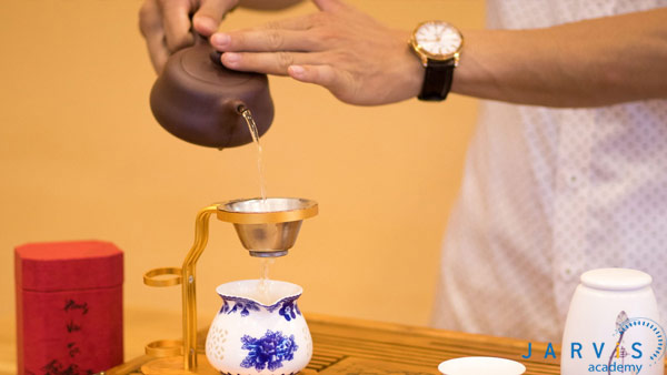 Lọc bã qua rây để lấy nước trà đặc