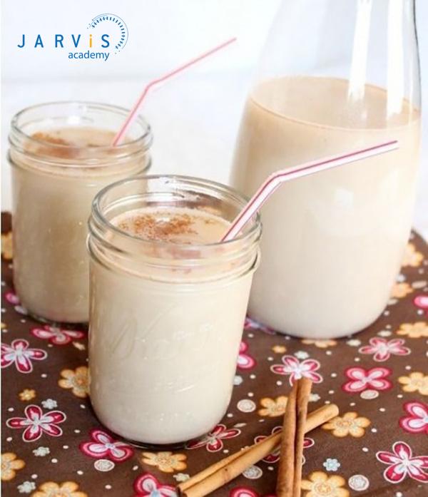 Lọc hỗn hợp trà sữa gạo rang rồi rót ra cốc