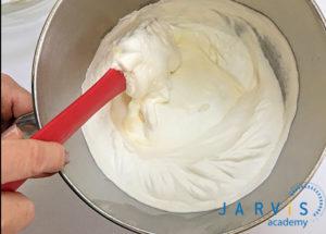 Cho siro đường, sữa tươi, whipping cream khuấy