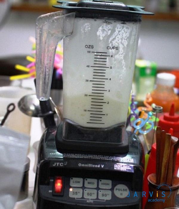 Cho nước cốt dừa và sữa đặc vào máy sinh tố