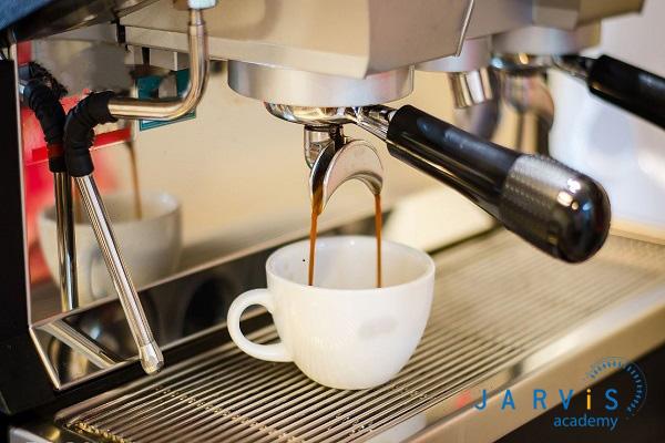 Đặt ly đựng cafe vào máy