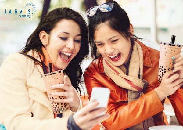 Giới trẻ là đối tượng khách hàng chính mà các cửa hàng trà sữa hướng tới