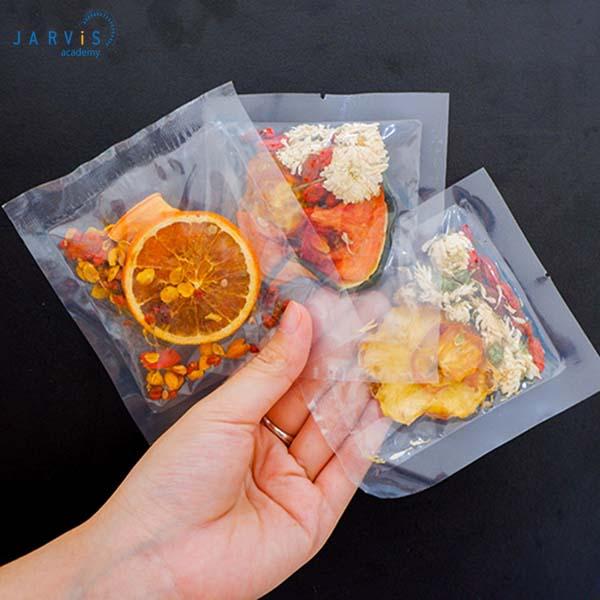 Đóng gói hoa quả sấy khô thành từng bịch tương ứng mỗi lần uống