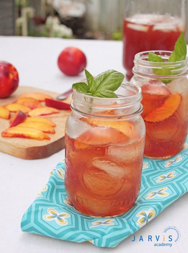 Chỉ cần điều chỉnh độ nóng lạnh của trà đào húng quế là bạn đã có thức uống theo mùa thơm ngon